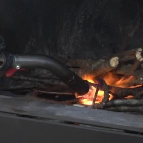 薪をバーナーで燃やします