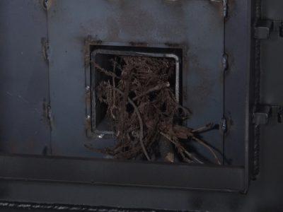 細い木切れなどを奥のバーントンネル内に入れる